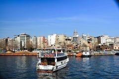 巡航小船加拉塔塔Persembe Pazari伊斯坦布尔 免版税库存照片