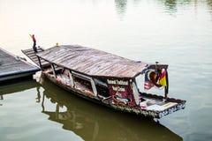 巡航小船在古晋 库存图片
