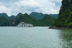 巡航小船在哈隆海湾 免版税库存照片