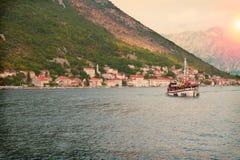 巡航小船的人们 海和山风景看法  海运横向 免版税图库摄影