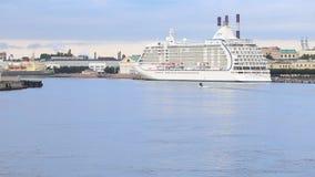 巡航小船`世界七大洋在内娃河的航海者` 股票视频