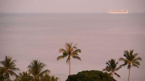 巡航暑假概念 游轮很远在热带海岛附近的海日出的 股票视频