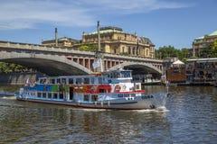 巡航有游人的河船 免版税库存照片