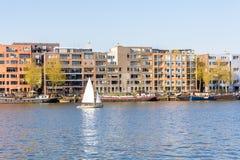 巡航沿在阿姆斯特丹Java海岛上的公寓的航行游艇 库存图片
