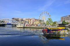巡航游览小船在马六甲河航行在马六甲 图库摄影