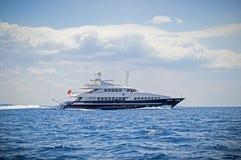 巡航豪华马达的游艇海 免版税库存图片