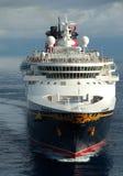 巡航迪斯尼进入的端口船 库存照片
