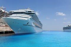 巡航靠了码头热带端口的船 免版税库存图片