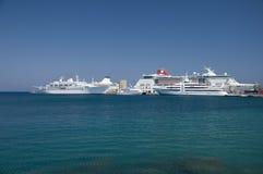 巡航靠了码头端口船 免版税库存图片