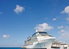 巡航靠码头巨大的豪华下艘船乘快艇 库存图片