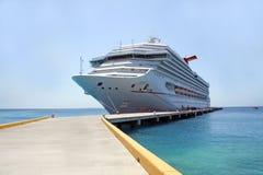 巡航靠码头的船 免版税库存图片