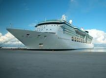 巡航靠码头的船 库存图片