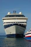 巡航靠码头的船 免版税图库摄影