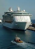 巡航靠码头的船 库存照片