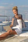 巡航:航行研究假日的妇女在小船。 免版税库存图片