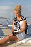 巡航:航行研究假日的妇女在小船。 免版税库存照片