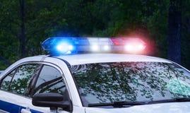 巡逻有警报器光的警车在夜间 在充分的使命活动激活的美好的警报器光 警察与 库存照片