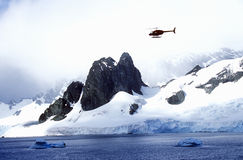 巡逻在冰川和冰山的直升机在Errera海峡在Culberville海岛,南极洲 库存图片