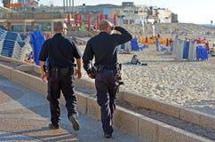巡逻在特拉维夫江边的两名以色列警察 免版税库存图片