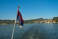 巡洋舰在多瑙河的船销售与Golubac堡垒的晴朗的夏日在背景中 库存图片