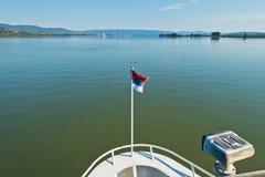 巡洋舰在多瑙河的船销售晴朗的夏日 免版税库存图片