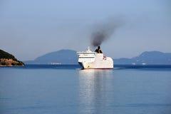 巡洋舰在科孚岛海岛附近的船航行 库存图片
