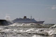 巡洋舰在风大浪急的海面天 图库摄影