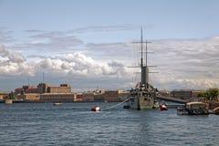 巡洋舰极光在圣彼德堡,俄罗斯 博物馆10月革命的船和标志1917年 库存图片