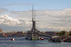 巡洋舰极光在圣彼德堡,俄罗斯 博物馆10月革命的船和标志1917年 库存照片