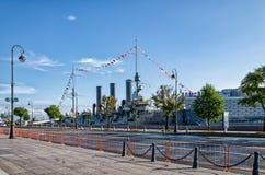 巡洋舰极光在它原始的地方返回了在Petrogradskaya堤防 库存照片