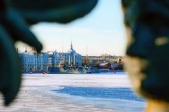 巡洋舰极光在冻河圣彼德堡的冬天 桥梁的人图画的剪影 免版税图库摄影