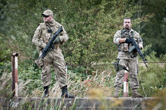 巡逻,在桥梁的两个特攻队 图库摄影