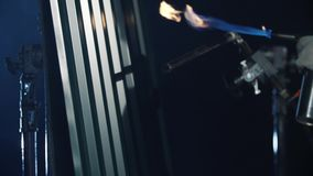 工业丁烷火炬特写镜头在灰色金属房屋板壁附近的在黑暗 气体设备 股票录像