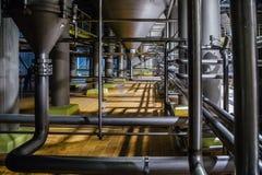 工业不锈钢管子连接用滤清大桶 现代啤酒厂生产线 库存照片