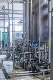 工业不锈钢管道连接用大桶和控制阀 免版税库存照片
