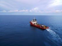 工业乘员组和供应小船油和煤气的  免版税图库摄影
