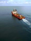 工业乘员组和供应小船油和煤气近海平台的 库存照片