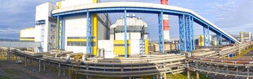 工业企业的疆土 燃料和油箱 巨大,工业管子隔行扫描在工厂 全景 免版税库存图片