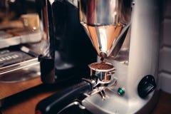 工业倒新鲜的咖啡的咖啡碾碎的机械入堵塞器烘烤器 免版税库存图片