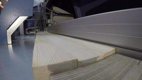工业内部,锯一个木块,一个木块的一台锯床,切割机, sawmodern机械工具 股票视频