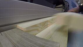 工业内部,锯一个木块,一个木块的一台锯床,切割机, sawmodern机械工具 股票录像