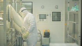 工业制药 检查药片的质量的男性工厂劳工包装在配药工厂 贪婪 库存照片