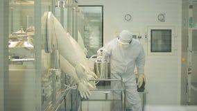 工业制药 检查药片的质量的男性工厂劳工包装在配药工厂 贪婪 免版税图库摄影