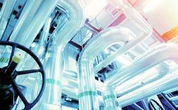 工业区、钢管道、阀门和缆绳 免版税库存图片