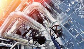 工业区、钢管道和缆绳在蓝色口气 图库摄影