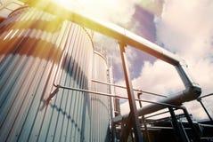 工业区、钢管道和阀门反对蓝天 库存照片