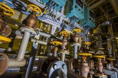 工业区、钢管道和阀门 库存图片
