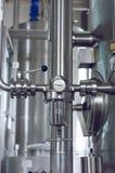 工业压力米-晴雨表和水管在背景中 免版税库存图片