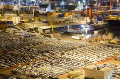 工业口岸的货物终端与汽车 库存图片