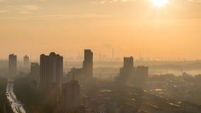 工业城市地平线在早晨 免版税库存照片